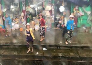 vn-the railway women greet