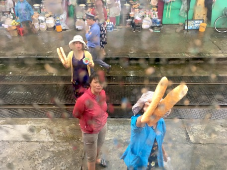 vn-the railway women sell